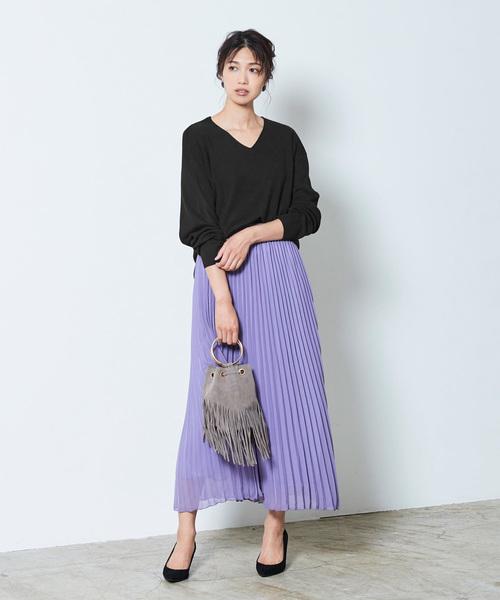 カラースカートが人目を惹く服装