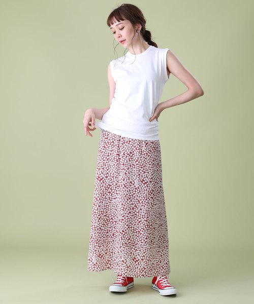白タンクトップ×赤花柄スカートコーデ