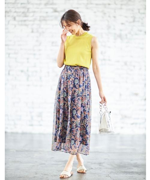 黄色ハイネックニット×ネイビースカート