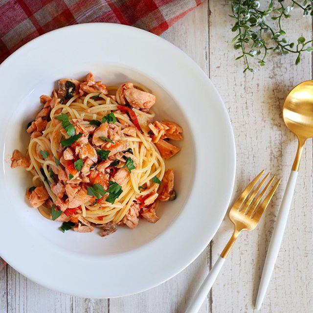 人気のレシピ!鮭とトマトの旨みオイルパスタ