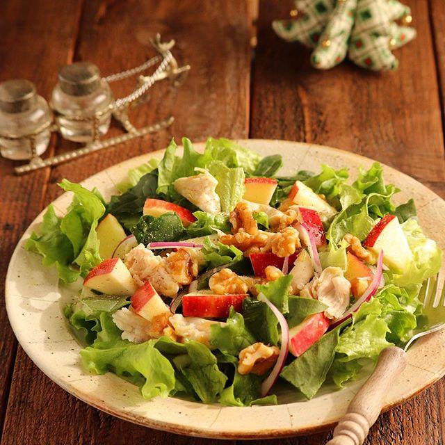 鶏肉の簡単レシピ!蒸し鶏とりんごのサラダ
