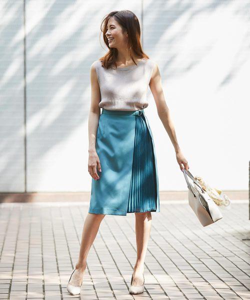 デザイン性のある夏のプリーツタイトスカートコーデ