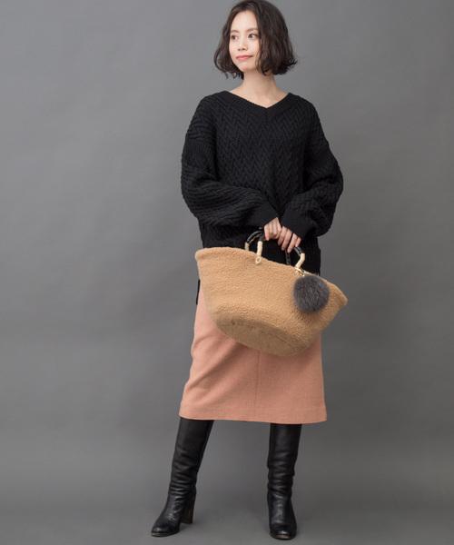 サーモンピンクタイトスカート+黒ニット