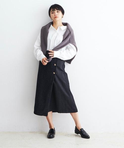 白シャツ×黒セミタイトスカートコーデ