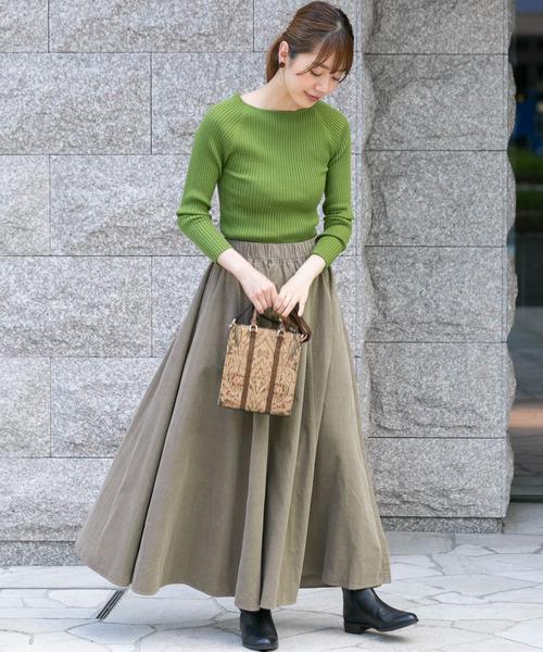ベージュスカート×緑ニットの秋コーデ