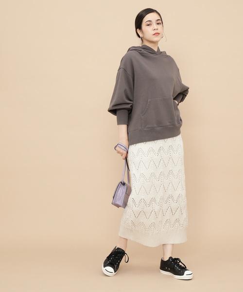 白ニットタイトスカート×パーカーの秋コーデ