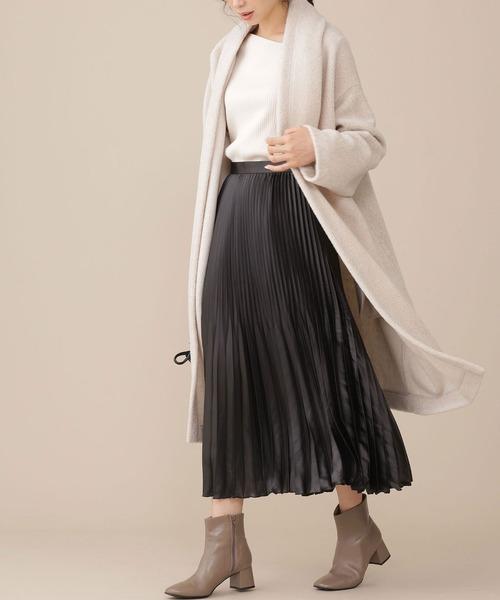 ボアガウンコート×黒プリーツスカート