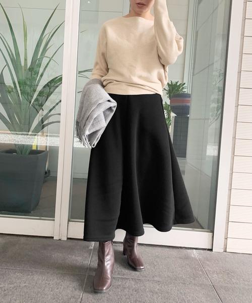 黒スウェットスカート×白ニットコーデ