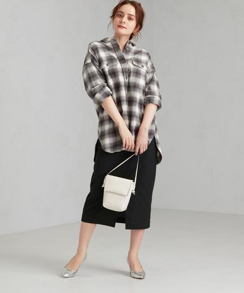 チェックシャツ×黒タイトスカートコーデ