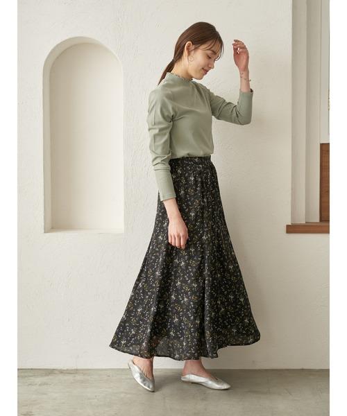 フラワーネックトップス×黒ロングスカート