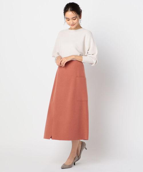 サーモンピンクフレアスカート+白ニット