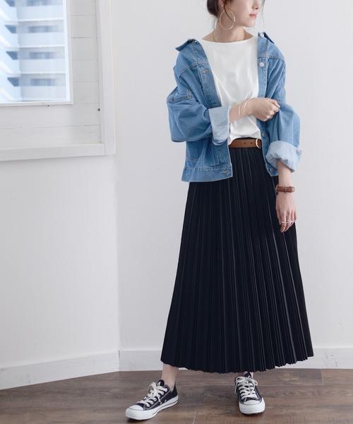 デニムジャケット×黒プリーツスカート