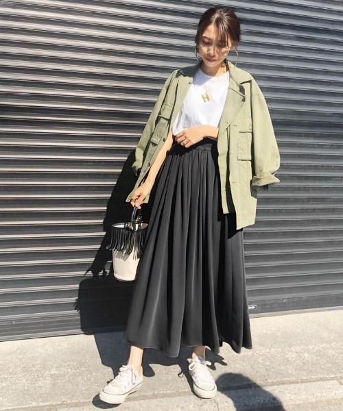 ミリタリーシャツ×黒フレアスカート