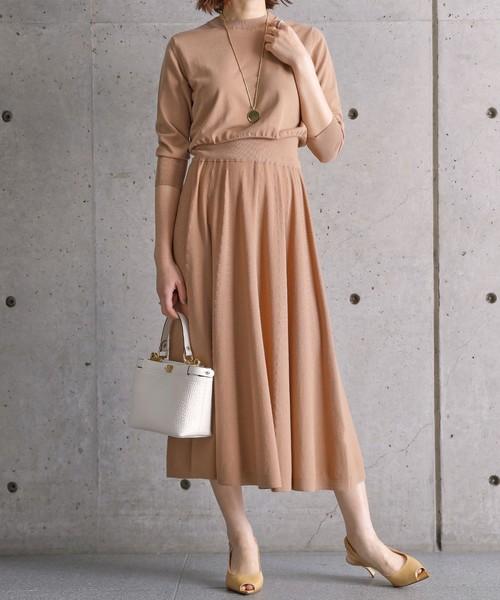 ヌードカラーのワントーンの服装