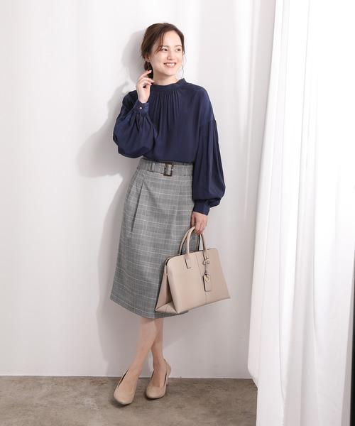 ボリューム袖ブラウス×ベルトタイトスカート