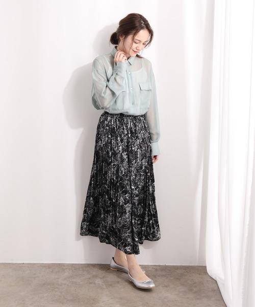 シアーシャツ×黒花柄ロングスカート