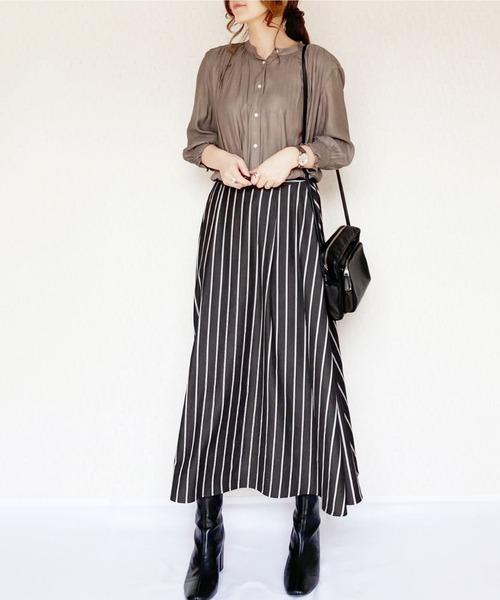 サテンシャツ×黒ストライプスカート