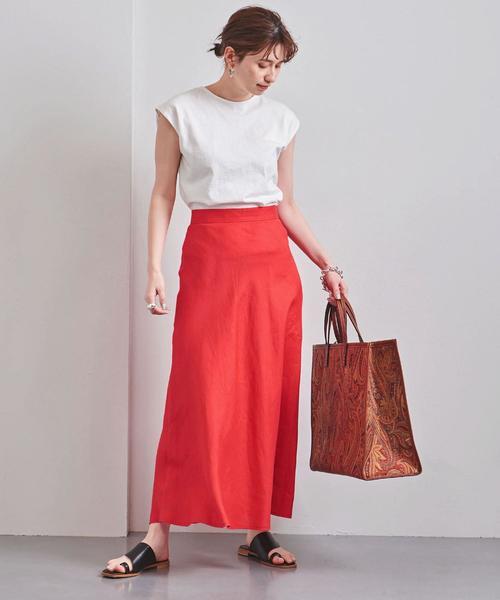 ホワイトTシャツ×レッドスカート