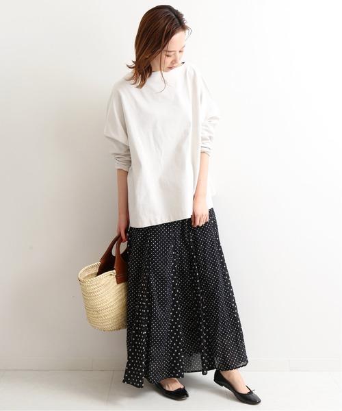 白プルオーバー×黒ドットロングスカート