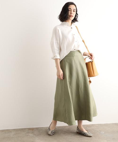 白シャツ×フレアカーキスカート