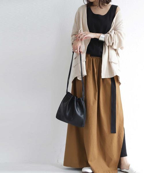 黒タンクトップ×茶色フレアスカートコーデ