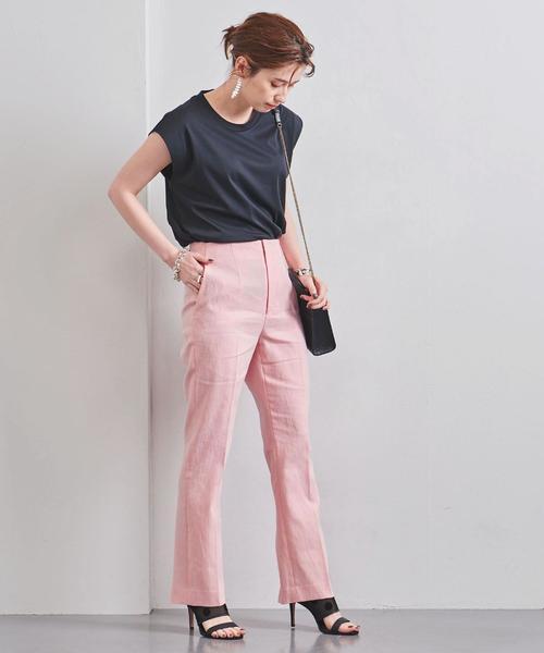 ピンクパンツ×黒Tシャツコーデ