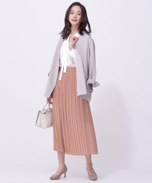 サーモンピンクスカート+白ブラウスコーデ