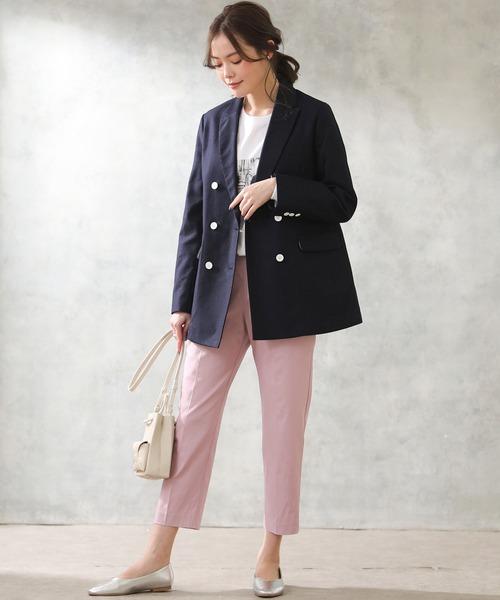 サーモンピンクパンツ+紺ジャケットコーデ