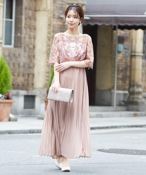 ピンクベージュの刺繍&プリーツロングドレス