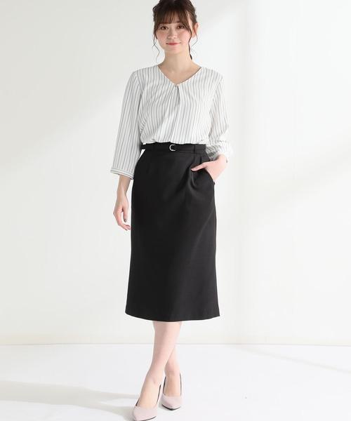 Vネックシャツ×黒スカート