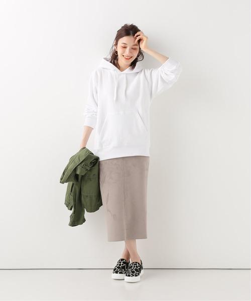 スエードタイトスカート×白パーカー