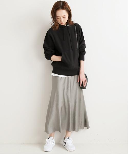 ブラックパーカー×ベージュスカート