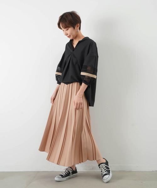 サーモンピンクスカート+黒ブラウスコーデ
