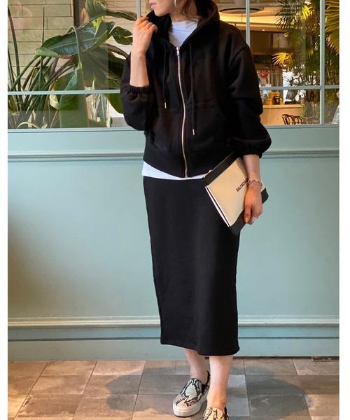 黒スウェットスカート×黒パーカーコーデ