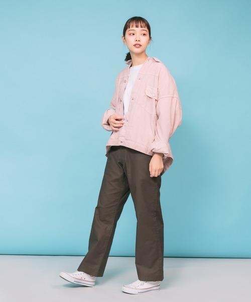 サーモンピンクジャケット+茶色パンツコーデ