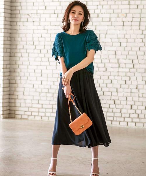 黒スカート×ターコイズブループルオーバー