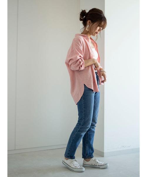 サーモンピンクシャツ+ブルーデニムコーデ