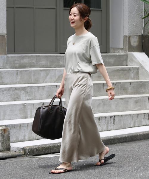 Tシャツ×サテンスカート