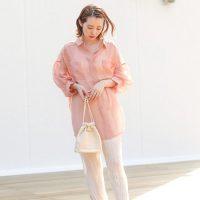 サーモンピンクに合う色で作るコーデ特集【2020最新】馴染みやすい着こなし方は?