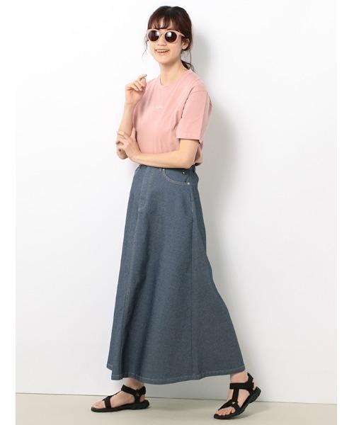 サーモンピンクTシャツ+デニムスカート