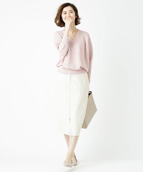 サーモンピンクニット+白スカートコーデ