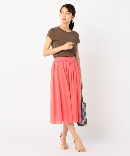 サーモンピンクスカート+茶色トップスコーデ