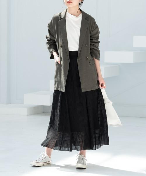 カーキジャケット×黒ロングスカート