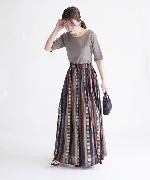 Tシャツ×ストライプ柄スカート