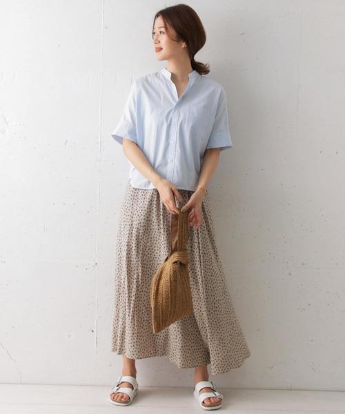 スタンドカラーシャツ×柄ロングスカート