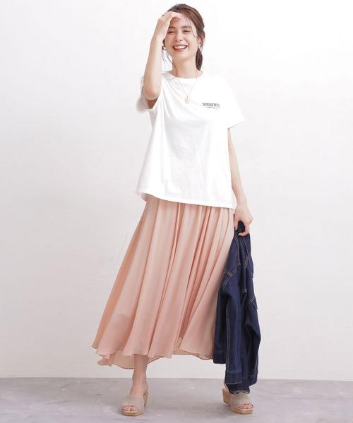 サーモンピンクスカート+白ロゴTコーデ