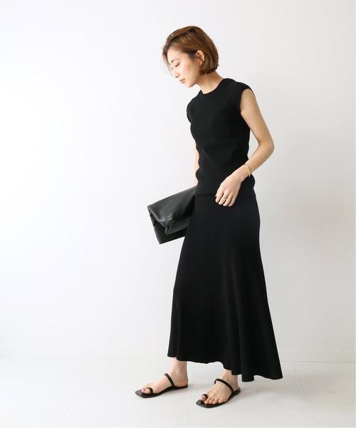 黒タンクトップ×黒ロングスカートコーデ