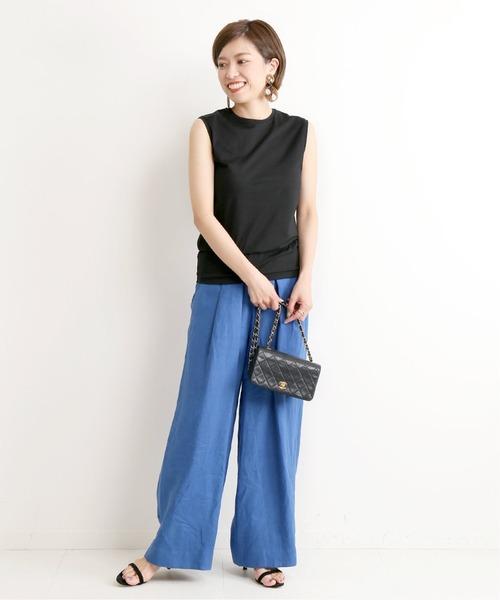 青イージーパンツ×黒ノースリーブTシャツ