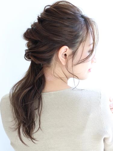 見返り美人なヘアアレンジの面長×黒髪の髪型