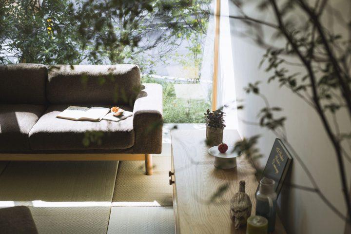 現代風なお座敷を作るファブリックのソファ